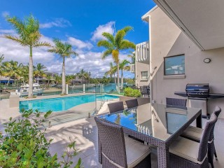 Jalynca - Waterfront complex with pontoon Noosa Sound Location